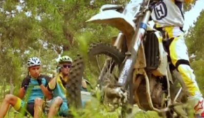 אופניים VS אופנוע – מי ינצח באתגר היער?