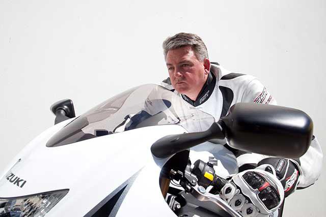 משעמם להם באוסטרליה: שיא גינס למהירות אופנוע – בעיניים קשורות