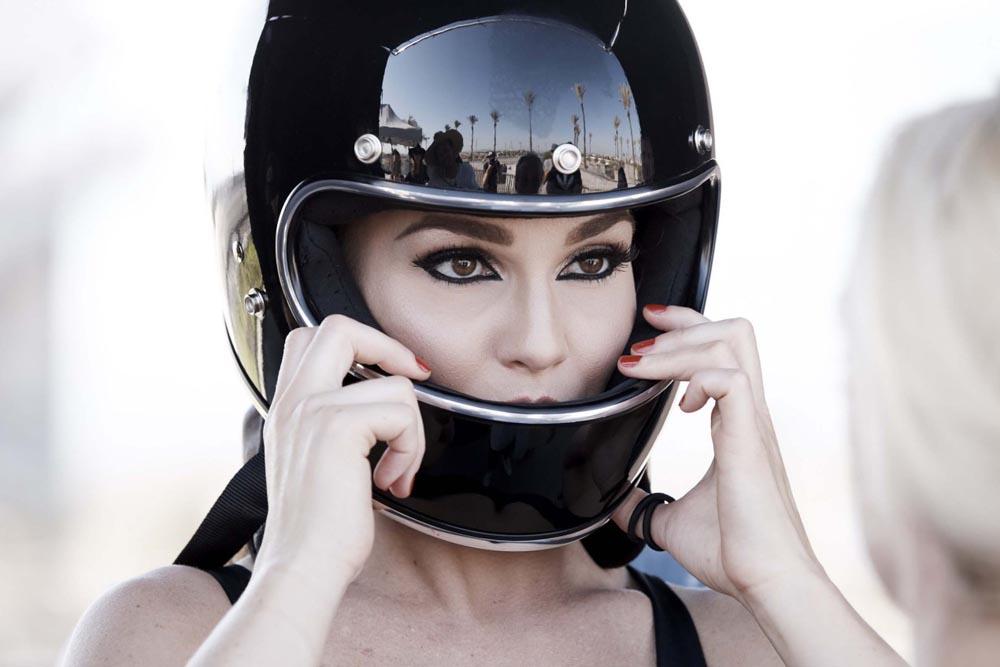 """הפרזנטורית החדשה של חברת התמרוקים המובילה בארה""""ב – רוכבת מירוצי סופרספורט…"""