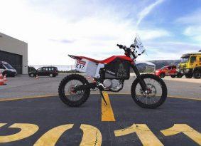 יצרנית האופנועים החשמליים טאקיטה מגיעה לדקאר